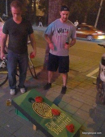 cornhole bean bag toss beijing irish volunteer hockey bar (2)